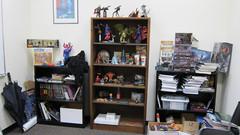 La collection de jouets d'Arkayne est fièrement exposée dans son bureau.