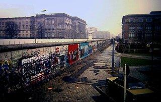 Cliquez sur l'image pour la voir en taille réelle  Nom : Berlin_Wall,_Niederkirchnerstraße,_Berlin_1988.JPG Taille : 2380x1502 Poids : 927,7 Ko ID : 275180