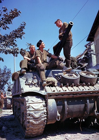 http://images.forum-auto.com/mesimages/52606/Sherman%20canada%20normandie.jpg