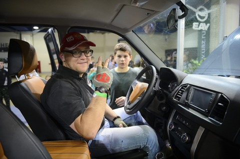 Monsieur a l'air plutôt heureux au volant du SUV WoT