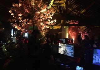 Après avoir passé un portail magique, nous sommes arrivés dans une salle de jeu au Couchant...
