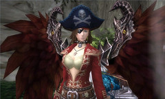 Personnage portant un costume et des ailes décoratives