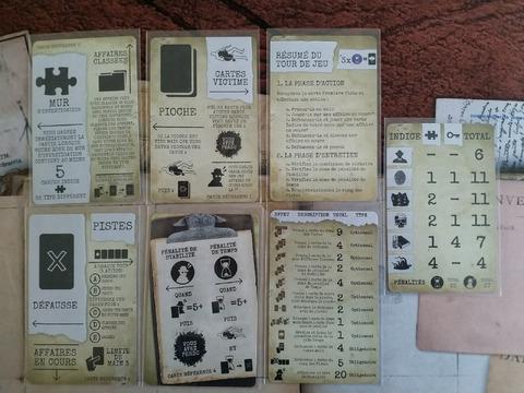Les cartes de référence organisent la zone de jeu et donnent les informations de règles les plus importantes
