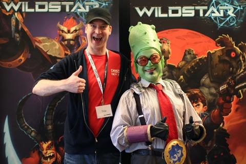 Notre directeur de communauté, Troy Hewitt a joyeusement payé 438$ afin de prendre une photo avec P.T. Rotostar