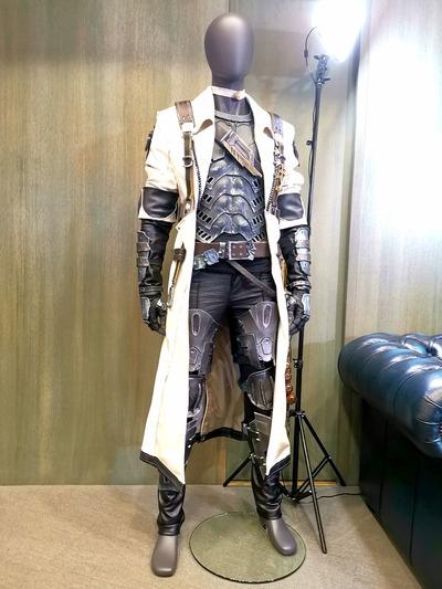 Dans la salle d'interview, le cosplay du Pistosabreur porté par Naoki Yoshida lors du Fan Festival de Paris et réalisé par Chezah.